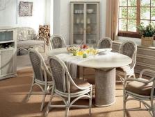 Обеденные столы из ротанга